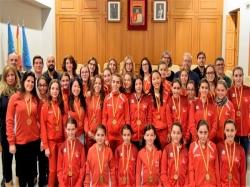 Burjassot rinde homenaje a las nadadoras del Club Natación Atlantis Burjassot