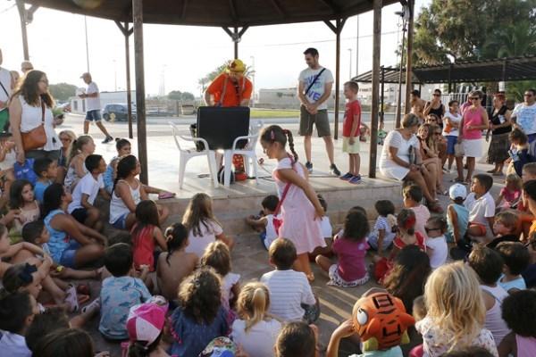 Comienzan las fiestas en la playa en Puçol con mucho ruido y magia con acento infantil