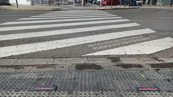 El Ayuntamiento de Alboraya instala luces en la acera para facilitar los cruces en colegios