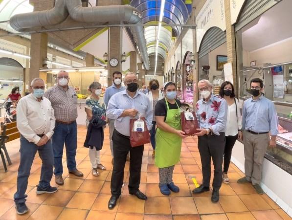 El Ayuntamiento de Alboraya reparte obsequios para promocionar el consumo en el Mercado Municipal