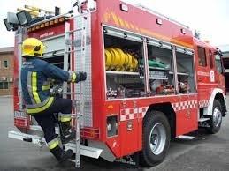 Los bomberos apagan el incendio de una casa abandonada en Alcalá de Henares