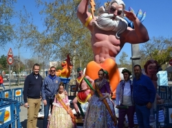 La comisión fallera Reyes Católicos de Silla da su muñeco indultado al Ayuntamiento