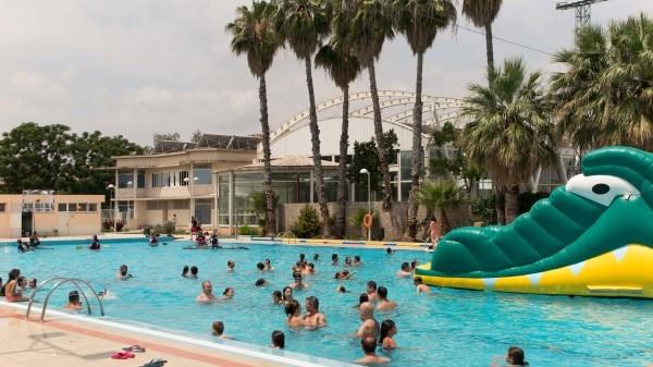 Gran asistencia de público en la piscina municipal en Picassent
