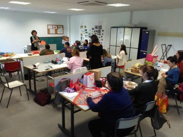 El comercio de Picassent participa en un curso de empaquetar de regalos