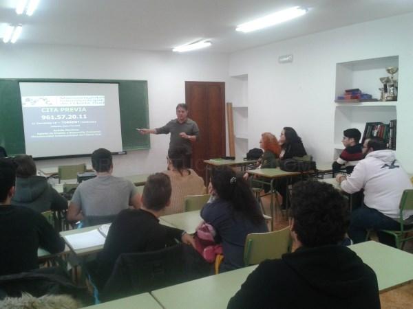 Alumnado de la Escuela para Adultos de Picanya recibe formación para incrementar su empleabilidad