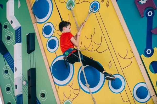 Llega a Valencia HAPIK el primer parque de aventura y escalada indoor de España para toda la familia