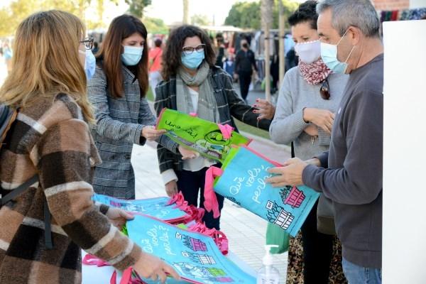 AVIVA Paiporta reparte bolsas reutilizables para promover el uso del valenciano en el mercado