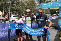 Más de 700 triatletas de toda europa participaron en la I Triatlón