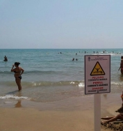 Guardamar ha instalado carteles fijos en algunos puntos de la playa