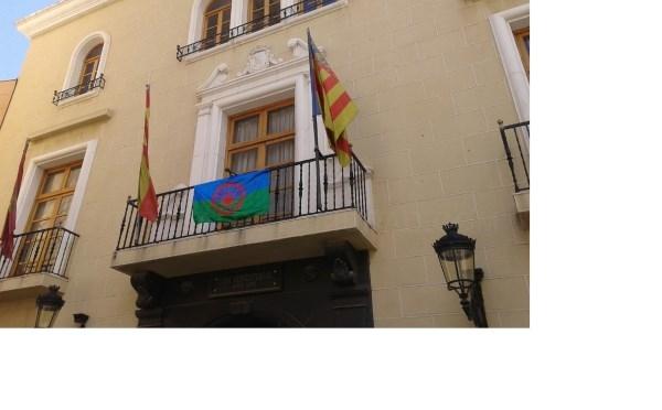 La bandera del pueblo gitano luce en el Ayto de Callosa de Segura