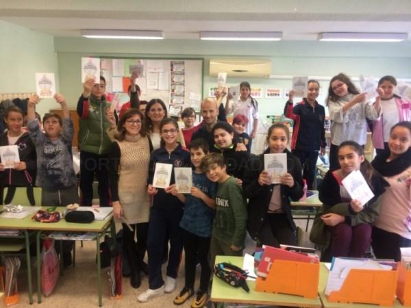 """La Concejalía de Educación entrega el cuento """"Unas navidades moviditas"""" a la niña ganadora del concurso """"Cuentos de Navidad"""""""
