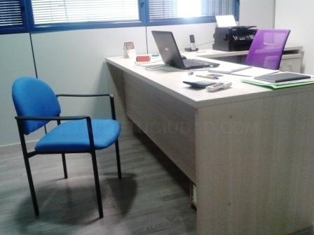 2 mesas, 1 silla de oficina, 2 cajoneras, 1 armario, 2 sillas sala espera